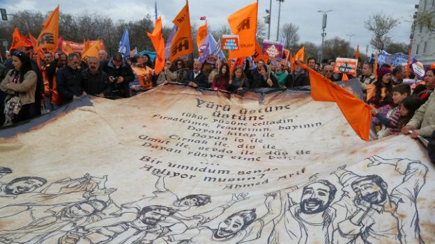 Anhänger der Linken protestieren mit Transparenten gegen Präsident Erdogan.