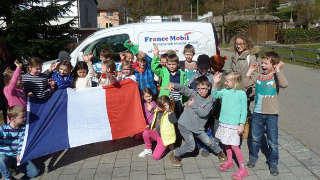 Chloë Ribreau wirbt bei deutschen Kinder in der Grenzregion für Französisch.