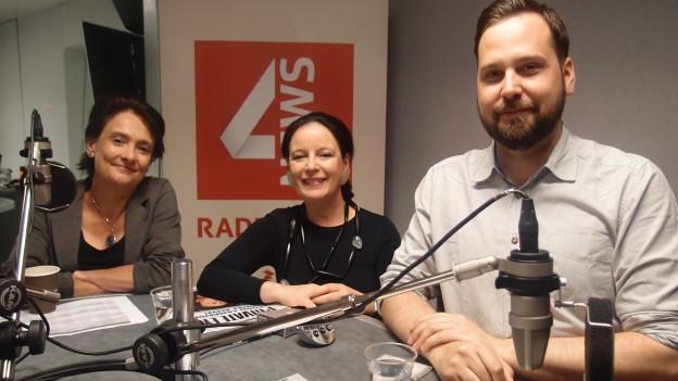 BBC-Korrespondentin Imogen Foulkes und Ökonomin Cornelia Meyer mit Moderator Andrea Christen.