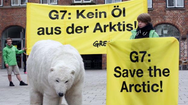 Greenpeace-Aktivisten demonstrieren mit Transparenten gegen Öl-Bohrungen in der Arktis.