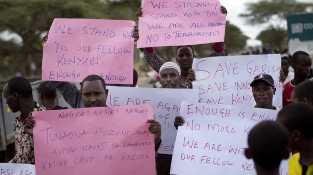 Auf Plakaten drückten viele Menschen in Afrika Anfang April ihr Mitgefühl mit den Opfern des Terroranschlags im ostkenianischen Garissa aus.
