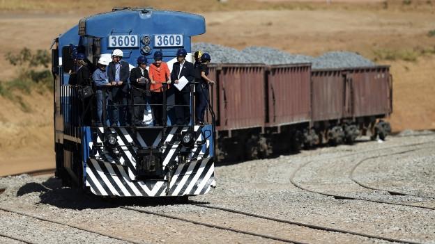 Die brasilianische Präsidentin Rousseff fährt auf einem Güterzug während eines Besuchs auf einer Strecke der Nord-Süd-Achse in Anapolis im Bundestaat Goias im August 2014.