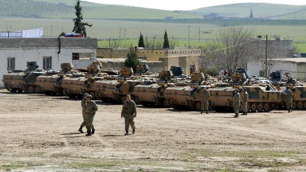 Zu sehen sind gepanzerte türkische Militärfahrzeuge, die in Operationen in Syrien involviert waren. Ort der Aufnahme ist ein Grenzübergang in der Provinz Sanliurfa im Südosten der Türkei.