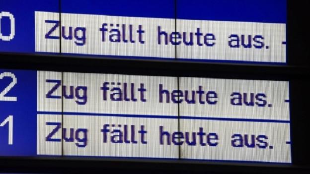 Anzeigetafel am Bahnhof, es steht «Zug fällt aus» mehrmals untereinander.