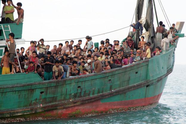 Bootsflüchtlinge aus Bangladesch und Burma hoffen vor der Küste Indonesiens auf Rettung. Die Männer stehen dicht gedrängt auf einem kleinen Schiff. Die Männer und Kinder stehen und sitzen dicht gedrängt auf dem kleinen Schiff.