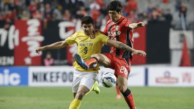 Aufnahme von zwei Fussballspielern aus einem Spiel in der asiatischen Champions League.