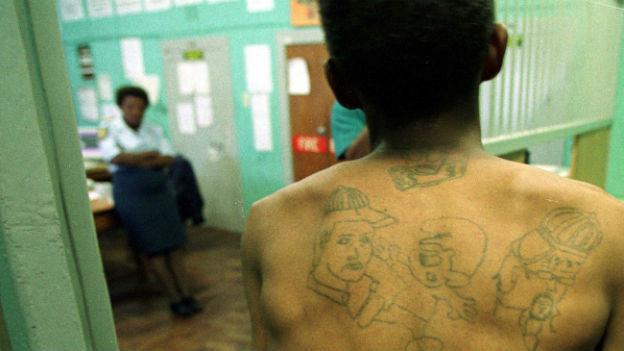 Rücken eines Kapstadt-Gangsters mit Tattoos