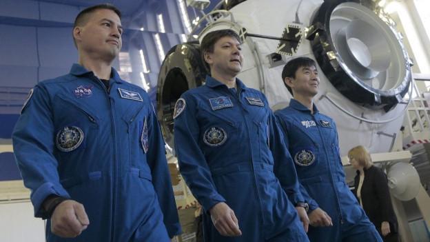 Die drei neuen Besatzungsmitglieder Lindgren, Kononenko und Yui während einer Trainings-Einheit in der «Star City» ausserhalb von Moskau. Sie müssen ihren «Dienstantritt» und rund einen Monat verschieben.