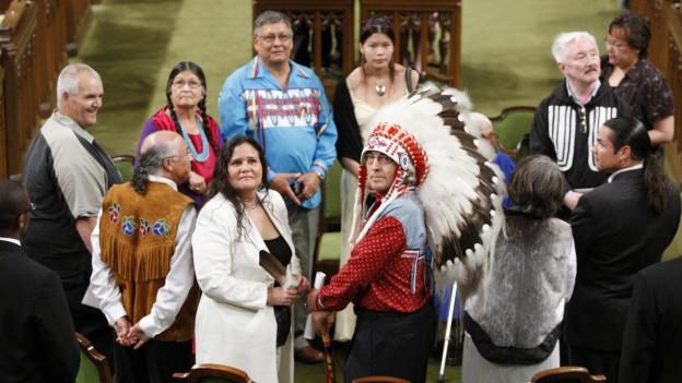Ein traditioneller Kopfschmuck schmückt einen Ureinwohner Kanadas.