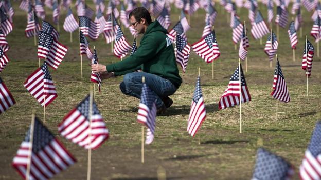 Kleine US-Flaggen, die an Veteranen erinnern, die sich das Leben genommen haben.