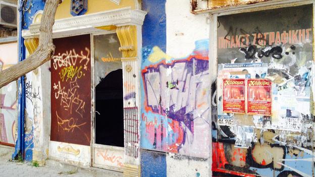 Korinth ist eine griechische Kleinstadt. Früher gab es hier viel Industrie. Im Zentrum von Korinth mussten viele Läden schliessen. Vernagelte Schaufenster sind ein sichtbares Zeichen der anhaltenden Krise.