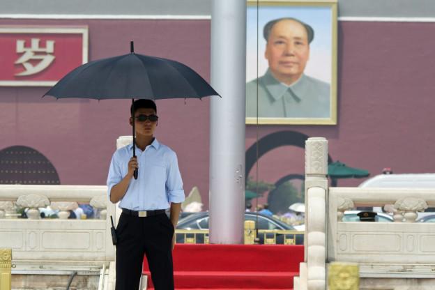 Ein Sicherheitsbeamter in Zivil im Einsatz, in der Nähe des Portraits von Mao Tsetung auf dem Tiananmen-Platz in Peking, aufgenommen am 1. Juni 2015.