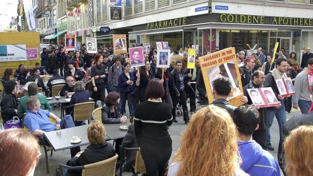 Kurden während einer Demonstration für mehr Rechte in Basel.