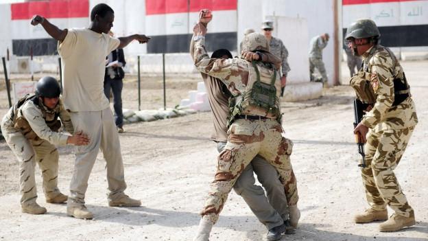 Irakische Soldaten üben das Durchsuchen von Personen.