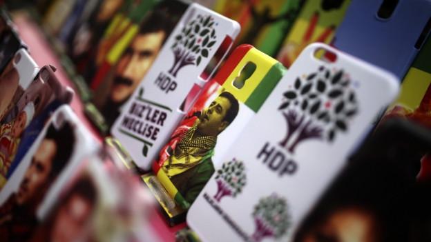 Eine Schutzhülle für ein Mobiltelefon mit aufgedrucktem HDP-Logo.