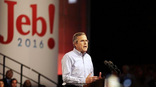 Jeb Bush am Rednerpult, hinter ihm in grossen Buchstaben sein Vorname.