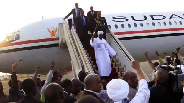 Omar al-Bashir wird bei seiner Rückkehr aus Südafrika in der sudanesischen Hauptstadt Khartoum von Anhängern empfangen.