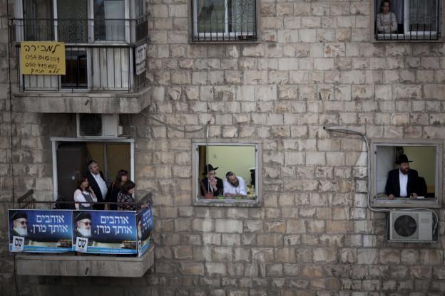 Sepharden in einem Quartier in Jerusalem beobachten vom Fenster aus eine Zeremonie.