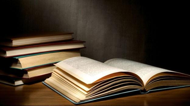 Alte Bücher liegen auf einem Tisch