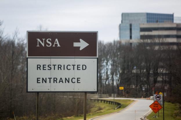 Ein Strassenschild mit der Aufschrift «NSA», das in Richtung Fort Meade zeigt.