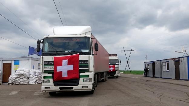 Zu sehen sind Lastwagen mit Hilfsgüter