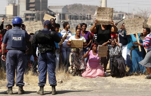 Am Tag nach dem Massaker von Marikana in Südafrika demonstrieren Frauen gegen die Tötung von 34 streikenden Minenarbeitern durch die Polizei.