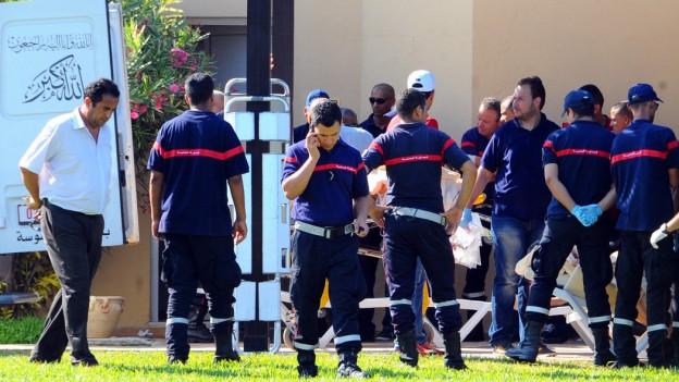 Tunesische Rettungskräfte nach dem Anschlag.