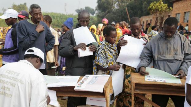 Menschen in Burundi stehen mit Wahllisten in der Schlange