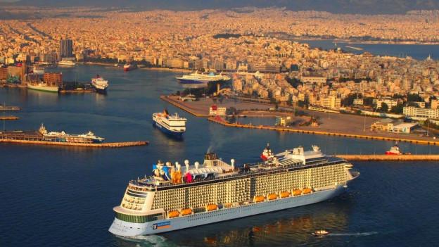 Ein grosses Kreuzfahrtschiff fährt in den Hafen von Piraeus ein.