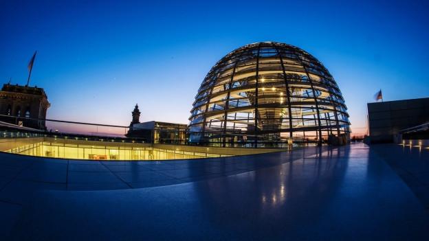 Die Kuppel des Reichstages in der Abenddämmerung.