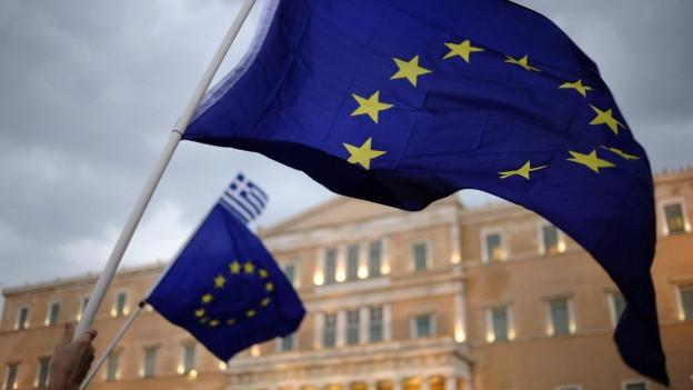 Wehende EU-Flaggen vor dem Parlamentsgebäude in Athen.