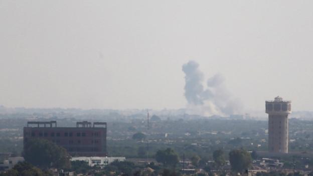 Rauch steigt über dem Norden der ägyptischen Sinaihalbinsel auf, nach den Anschlägen von Islamisten gegen Einrichtungen der Armee.