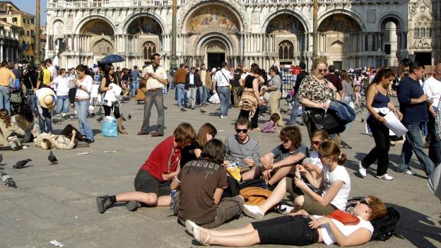 Hunderttausende von Touristen besuchen jedes Jahr Venedig, hier eine Aufnahme vom Markusplatz.