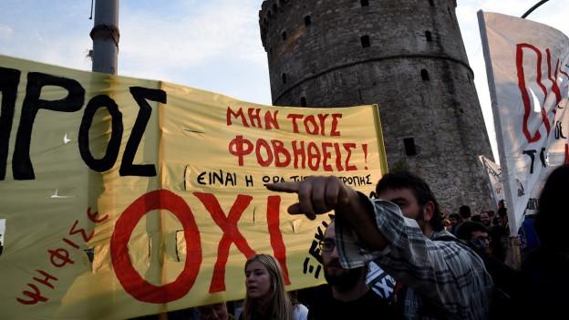 Ein Demonstrant in Thessaloniki hält ein Transparent in die Höhe, mit dem Aufruf, beim Referendum über den Sparkurs Griechenlands Nein zu stimmen.
