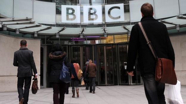 Eine Gruppe von BBC-Angestellten betreten den BBC-Firmensitz London.