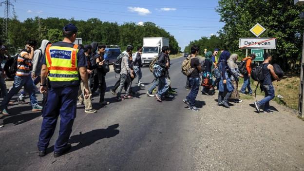 Polizisten und Flüchtlinge in der Nähe von Budapest.