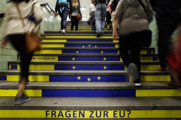 «Fragen zur EU?» - aufgedruckte Werbung auf Treppenstufen.