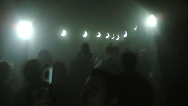 Menschen drängen sich in einen Fluchttunnel der U-Bahn bei King's Cross.