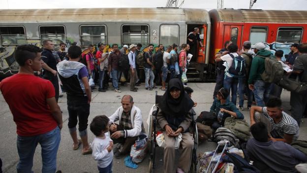 Syrische und afghanische Flüchtlinge stehen an einem Bahnhof im Süden Mazedoniens.