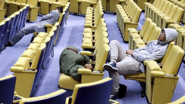 Medienleute überbrücken die Nacht in Brüssel mit einer kurzen Verschnaufpause.