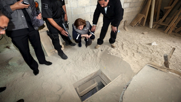 Der oberste Staatsanwalt Mexikos (Zweiter von rechts) blickt in den Tunnel, der mit dem Hochsicherheitsgefängnis Altiplano verbunden ist. Durch diesen Tunnel ist Drogenboss Joaquin Guzman die Flucht gelungen.