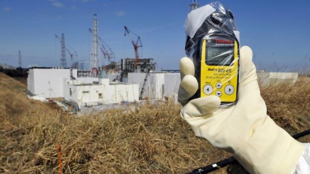 Geigerzähler vor Atom-Ruine im japanischen Fukushima.
