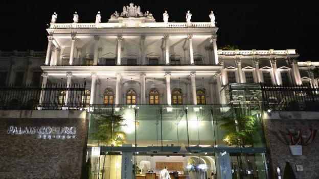 Die Fassade des Palais Coburg - Glas trifft auf Antike Säulen.