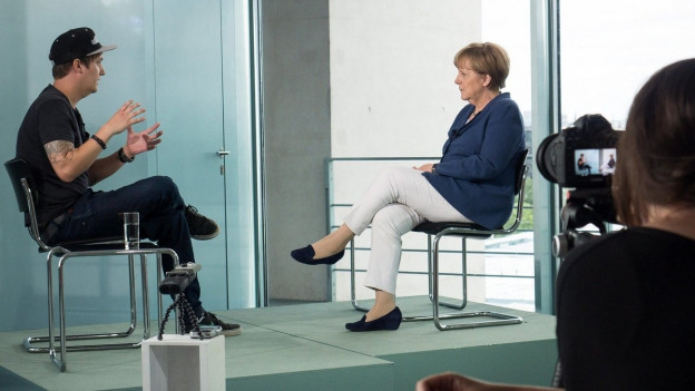 Ein Bild, welches das deutsche Kanzleramt freigegeben hat. Es zeigt das Kanzlerin Angela Merkel im Interview mit dem youtube-Journalisten LeFloid.
