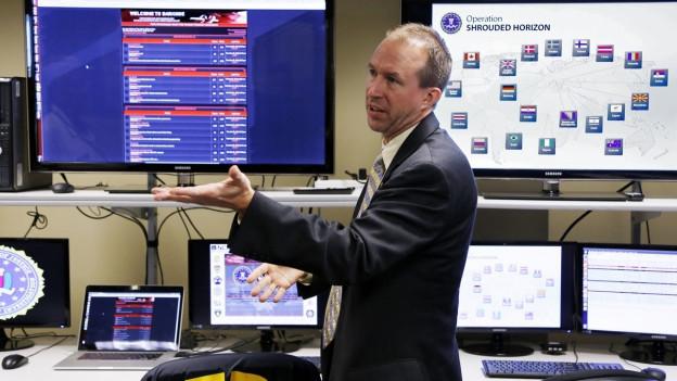 Aufnahme eines FBI-Agenten, der über die Aktion gegen die Plattform «Darkode» informiert.