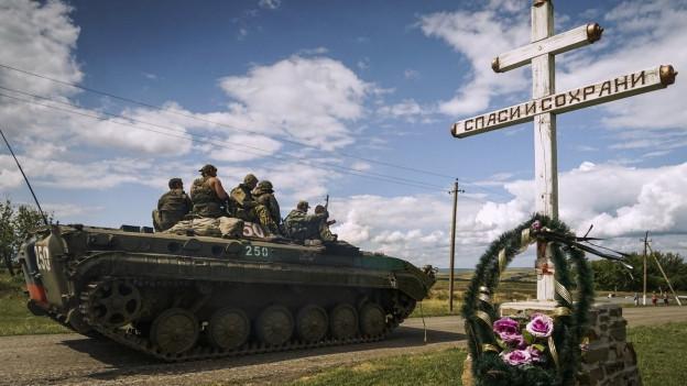 Aufnahme einer Gedenkstätte für die Absturzopfer in der Ostukraine.
