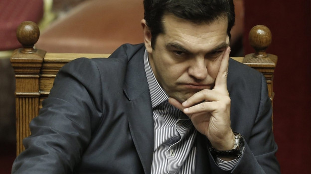 Mürrisch dreinblickender Tsipras im Parlament