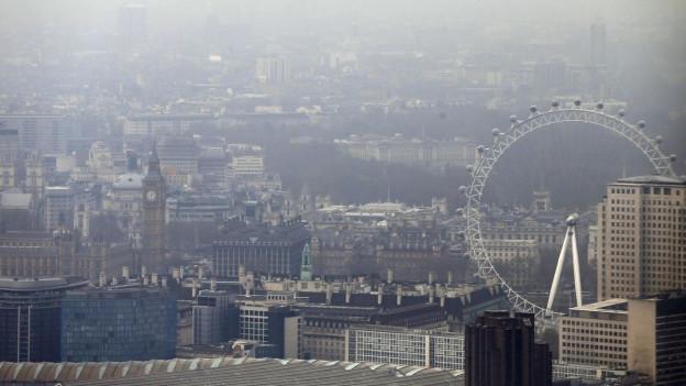 Auf dem Bild ist die Metropole London zu sehen, dick einhüllt in Nebel und Smog (April 2015).