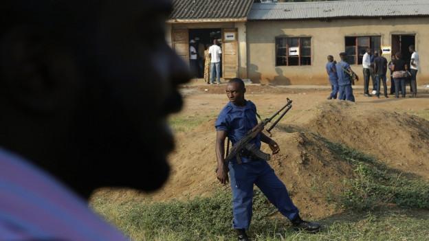 Bewachtes Wahllokal in Burundi.