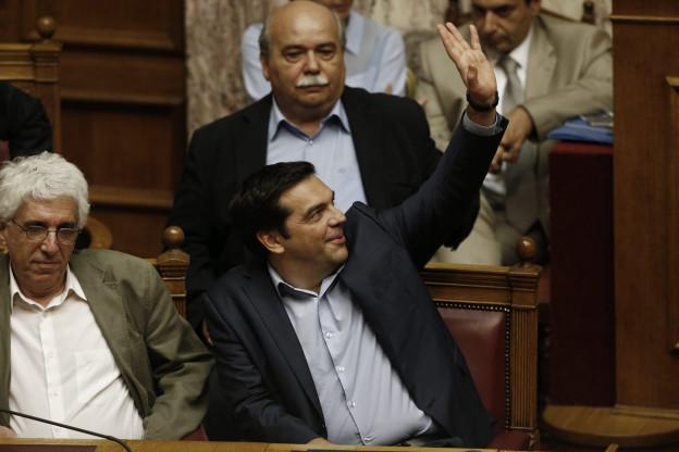 Alexis Tsipras hebt den linken Arm in die Höhe und gibt so seine Stimme ab.
